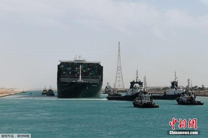 苏伊士运河恢复通行 约194艘船只已通过运河